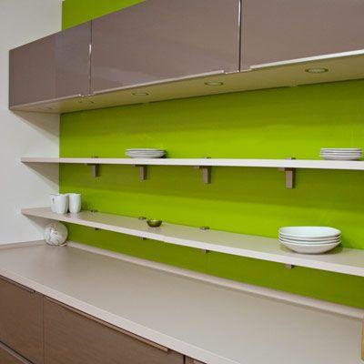 Küchenregale lockern das gesamtbild ihrer küche auf schöne art auf und noch dazu sind sie praktische alltags und ordnungshelfer wenn es darum geht